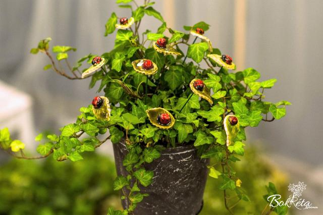 Ceramic flower: Leaf with ladybug